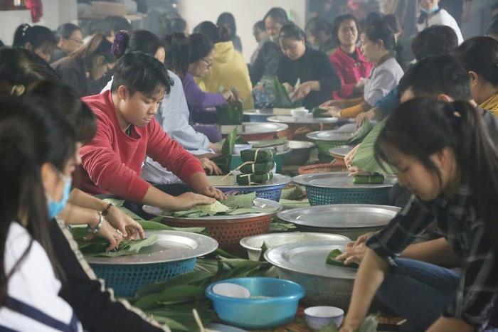 Người Hà Nội ngày đêm gói hàng nghìn chiếc bánh chưng cứu trợ miền Trung qua cơn lũ dữ Ảnh 5