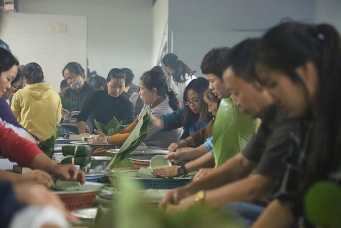 Người Hà Nội ngày đêm gói hàng nghìn chiếc bánh chưng cứu trợ miền Trung qua cơn lũ dữ Ảnh 3