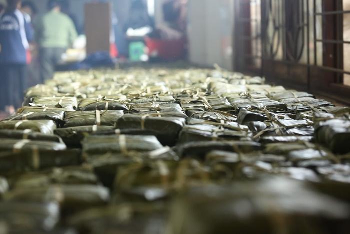 Người Hà Nội ngày đêm gói hàng nghìn chiếc bánh chưng cứu trợ miền Trung qua cơn lũ dữ Ảnh 16