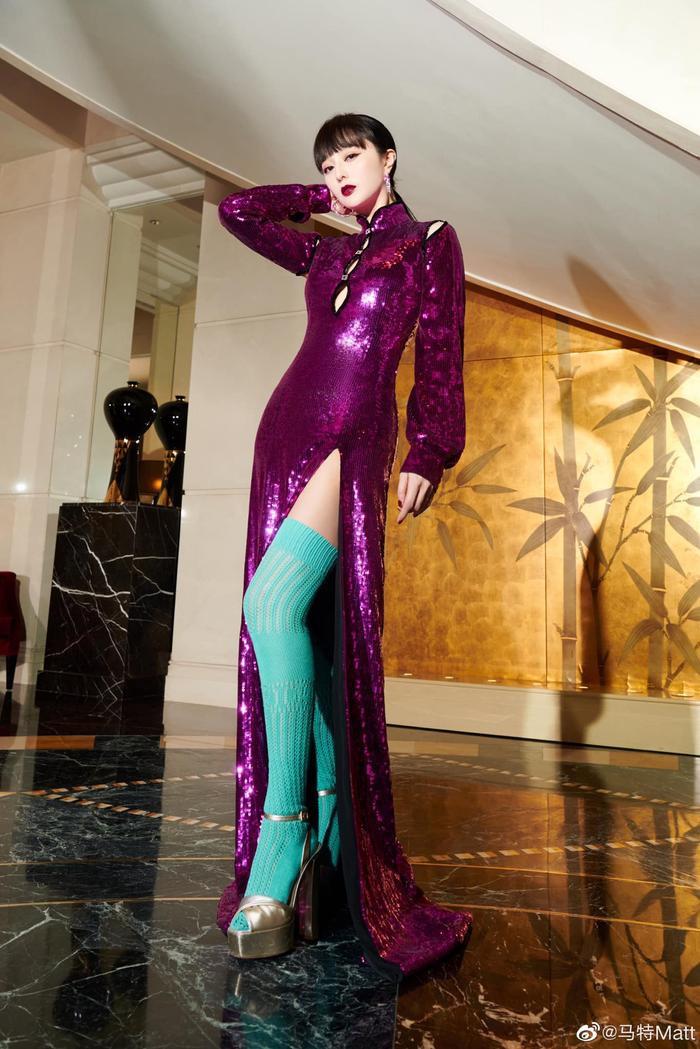 Chịu chơi như nữ hoàng thảm đỏ Phạm Băng Băng, mix váy tím lịm với tất xanh lét nổi bật tại sự kiện Ảnh 2