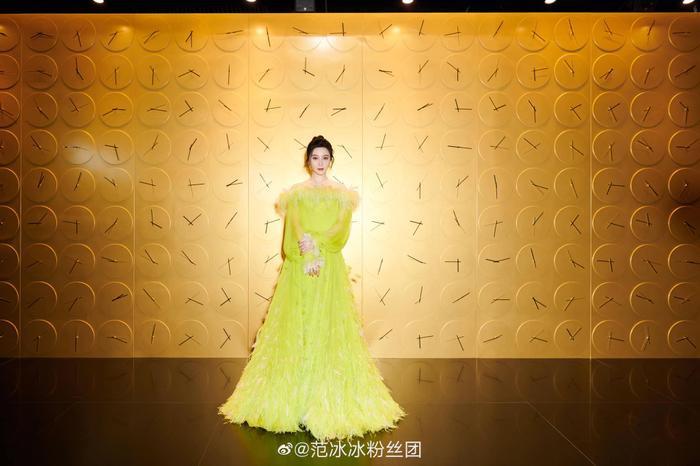 Chịu chơi như nữ hoàng thảm đỏ Phạm Băng Băng, mix váy tím lịm với tất xanh lét nổi bật tại sự kiện Ảnh 6