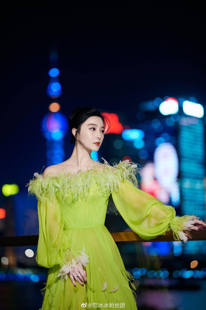 Chịu chơi như nữ hoàng thảm đỏ Phạm Băng Băng, mix váy tím lịm với tất xanh lét nổi bật tại sự kiện Ảnh 7