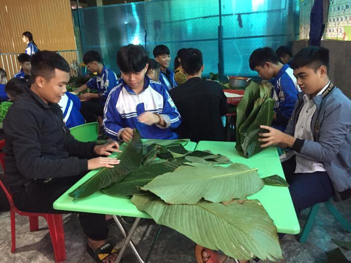 Học sinh THPT ở Nghệ An 'xuyên đêm' gói bánh chưng tiếp tế cho bà con miền Trung Ảnh 1