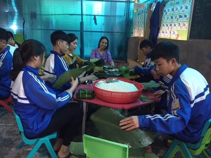Học sinh THPT ở Nghệ An 'xuyên đêm' gói bánh chưng tiếp tế cho bà con miền Trung Ảnh 2