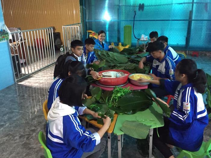 Học sinh THPT ở Nghệ An 'xuyên đêm' gói bánh chưng tiếp tế cho bà con miền Trung Ảnh 4