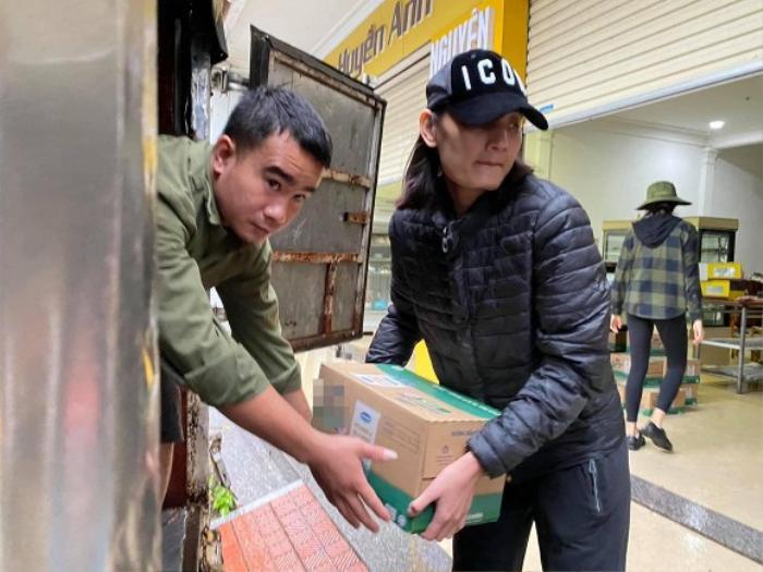 Sau H'Hen Niê, người mẫu Lê Thúy cũng khóc nức nở vì bị xúc phạm khi đi cứu trợ đồng bào miền Trung