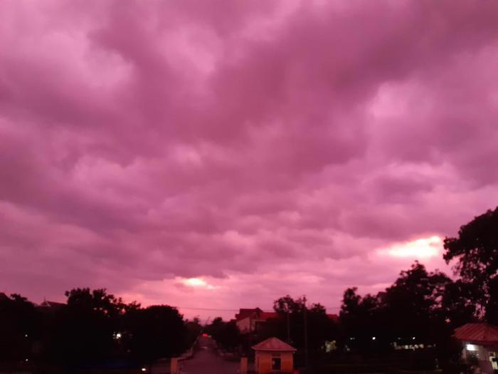 Cả bầu trời Quảng Trị xuất hiện màu tím lạ lúc hoàng hôn.
