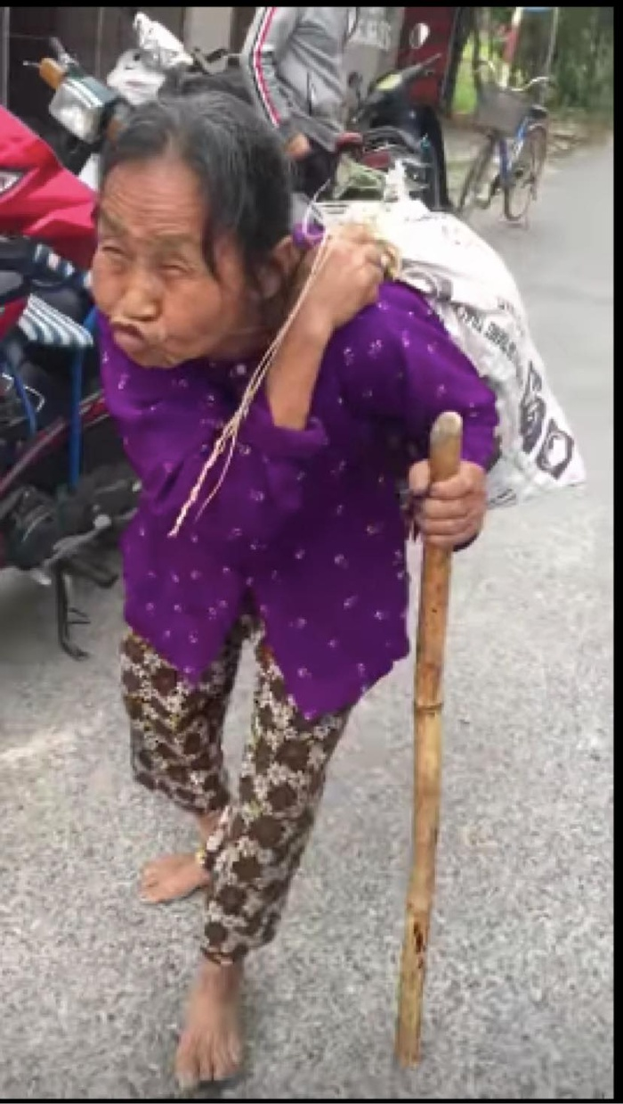 Cụ bà ở Hải Dương cõng bao tải quần áo và mì tôm cứu trợ gây xúc động: 'Đấy miền Trung khổ quá rồi, phải mang đồ đi ủng hộ thôi' Ảnh 2