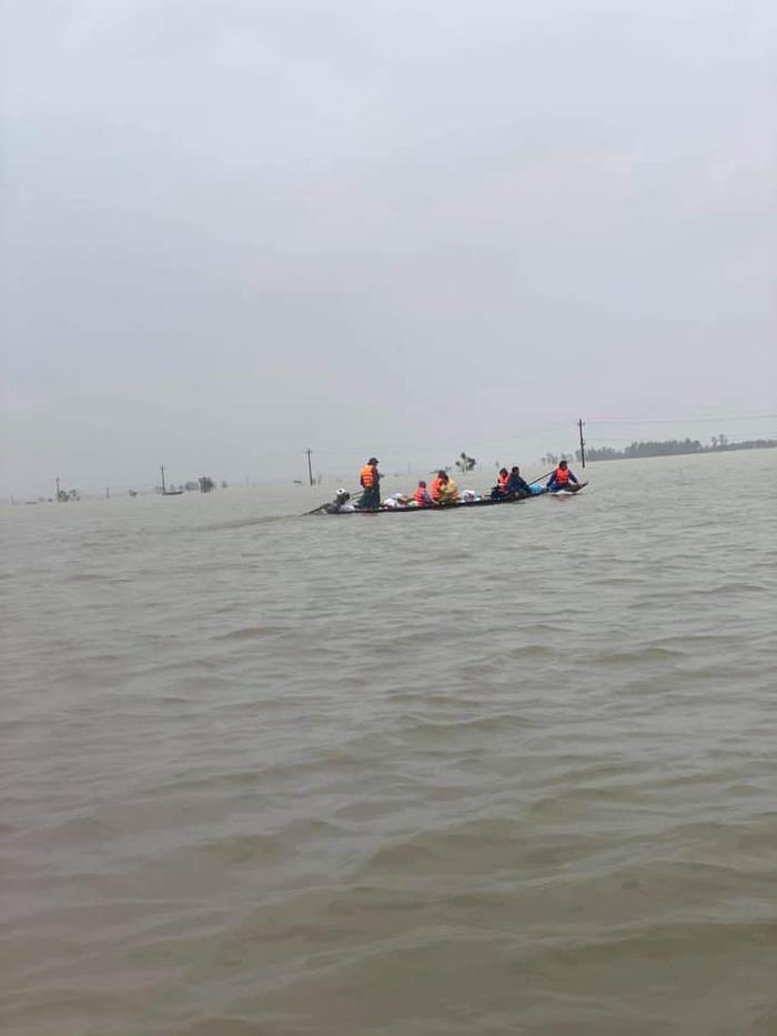 Huỳnh Phương FapTV lên tiếng khi bị chỉ trích ném đồ cứu trợ cho đồng bào miền Trung Ảnh 5
