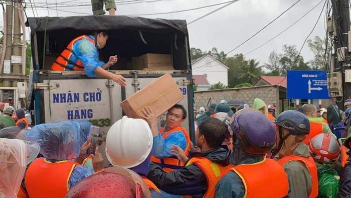 Huỳnh Phương FapTV lên tiếng khi bị chỉ trích ném đồ cứu trợ cho đồng bào miền Trung Ảnh 6
