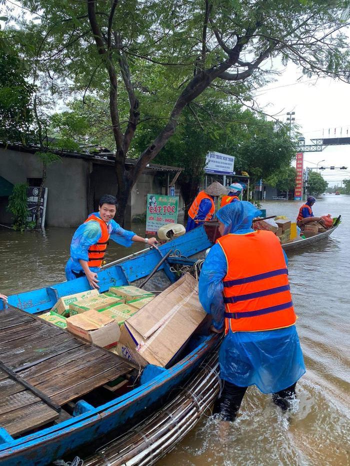 Huỳnh Phương FapTV lên tiếng khi bị chỉ trích ném đồ cứu trợ cho đồng bào miền Trung Ảnh 8