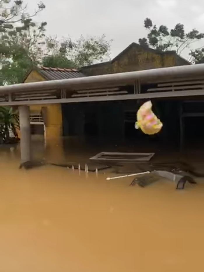Huỳnh Phương FapTV lên tiếng khi bị chỉ trích ném đồ cứu trợ cho đồng bào miền Trung Ảnh 2
