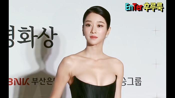 Quá sơ suất trong trang phục, Seo Ye Ji lộ ngực trên thảm đỏ 'Buil Film Awards 2020': Dân mạng bỏng mắt! Ảnh 13
