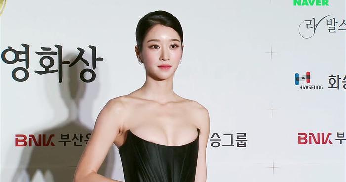 Quá sơ suất trong trang phục, Seo Ye Ji lộ ngực trên thảm đỏ 'Buil Film Awards 2020': Dân mạng bỏng mắt! Ảnh 11