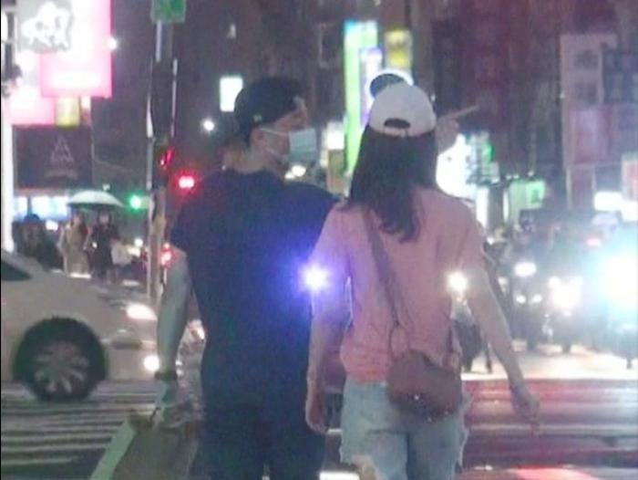 Lâm Tâm Như - Hoắc Kiến Hoa cãi nhau ngay trên phố: Nam chính lái xe bỏ đi để lại nữ chính cô đơn? Ảnh 2