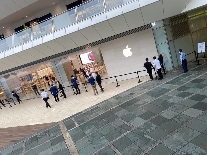 Quang cảnh đìu hiu trong ngày đầu tiên Apple mở bán iPhone 12 Ảnh 13