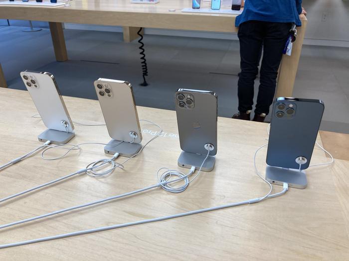 Quang cảnh đìu hiu trong ngày đầu tiên Apple mở bán iPhone 12 Ảnh 6