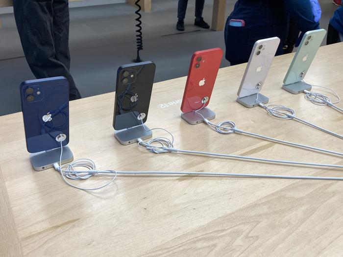 Quang cảnh đìu hiu trong ngày đầu tiên Apple mở bán iPhone 12 Ảnh 7