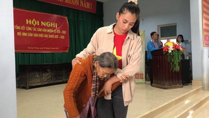 Hương Giang - Khánh Vân - Tiểu Vy - Lương Thùy Linh giúp đỡ đồng bào miền Trung vượt bão lũ Ảnh 2