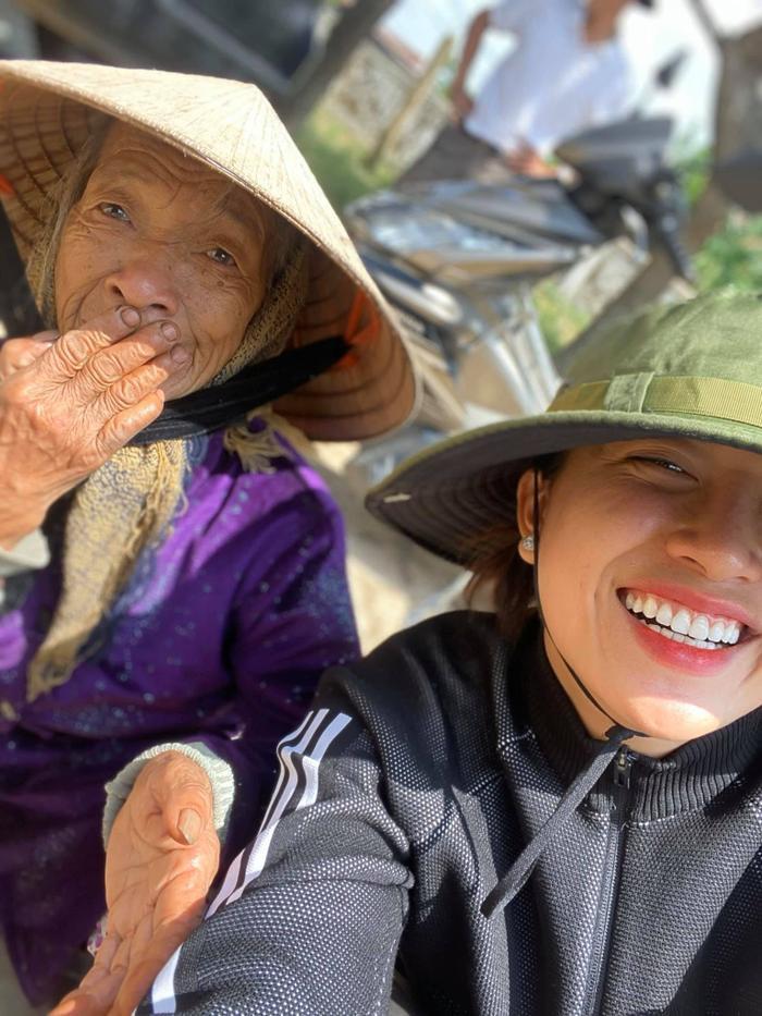 Hương Giang - Khánh Vân - Tiểu Vy - Lương Thùy Linh giúp đỡ đồng bào miền Trung vượt bão lũ Ảnh 14