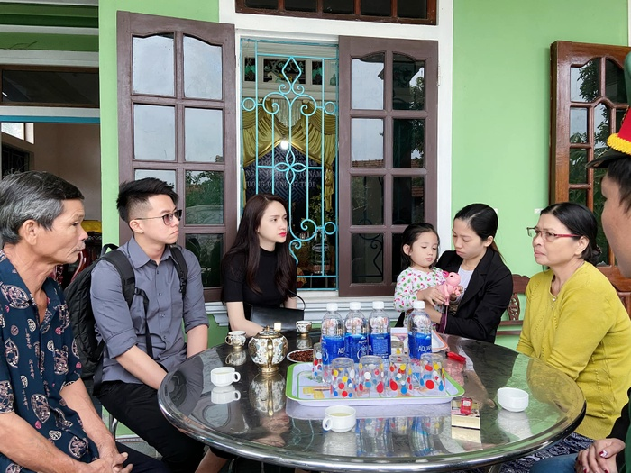 Hương Giang - Khánh Vân - Tiểu Vy - Lương Thùy Linh giúp đỡ đồng bào miền Trung vượt bão lũ Ảnh 20