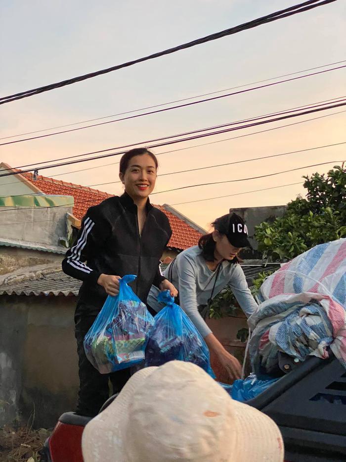 Hương Giang - Khánh Vân - Tiểu Vy - Lương Thùy Linh giúp đỡ đồng bào miền Trung vượt bão lũ Ảnh 11