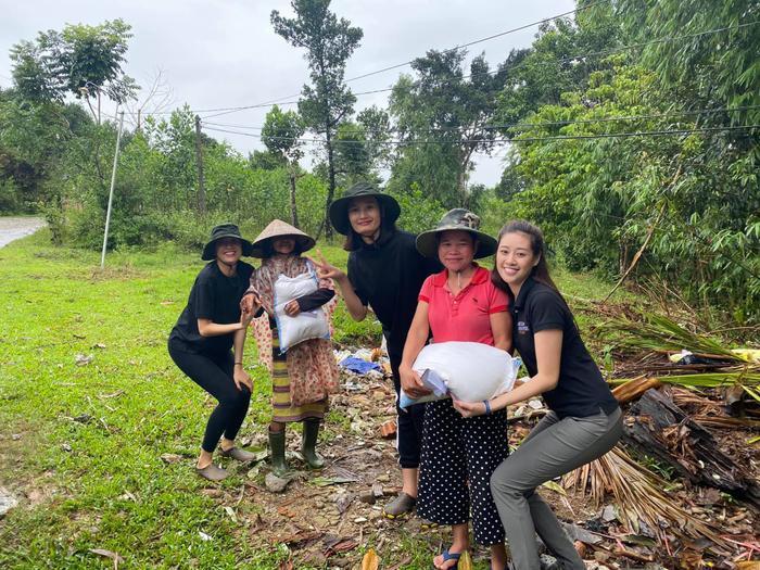 Hương Giang - Khánh Vân - Tiểu Vy - Lương Thùy Linh giúp đỡ đồng bào miền Trung vượt bão lũ Ảnh 17
