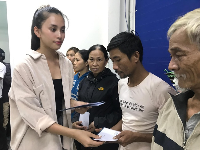 Hương Giang - Khánh Vân - Tiểu Vy - Lương Thùy Linh giúp đỡ đồng bào miền Trung vượt bão lũ Ảnh 3