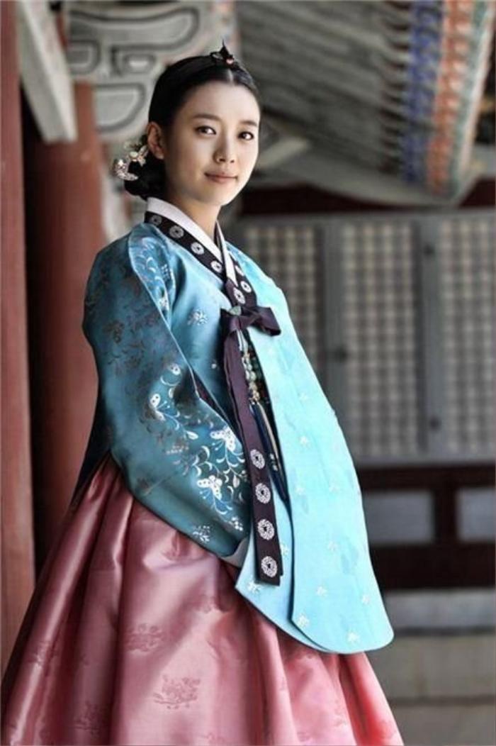 Phim của Dương Mịch - Địch Lệ Nhiệt Ba bị tố ăn cắp, 'hạ bệ' trang phục truyền thống Hàn Quốc Ảnh 1