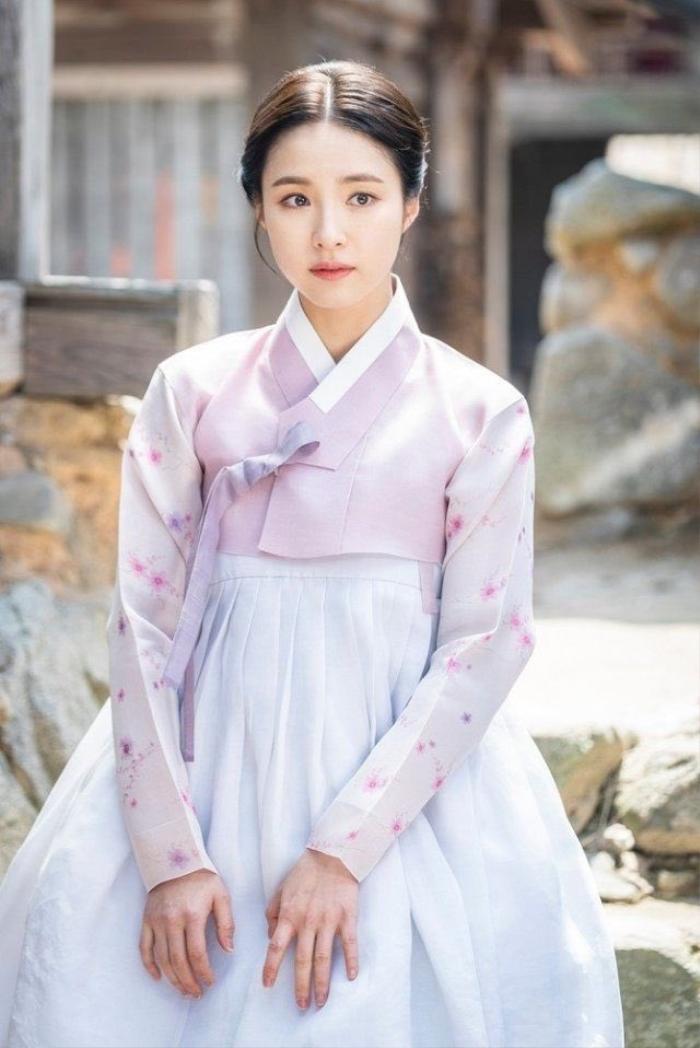 Phim của Dương Mịch - Địch Lệ Nhiệt Ba bị tố ăn cắp, 'hạ bệ' trang phục truyền thống Hàn Quốc Ảnh 4