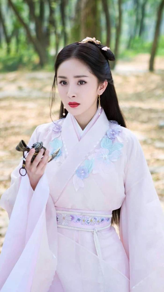 Phim của Dương Mịch - Địch Lệ Nhiệt Ba bị tố ăn cắp, 'hạ bệ' trang phục truyền thống Hàn Quốc Ảnh 2
