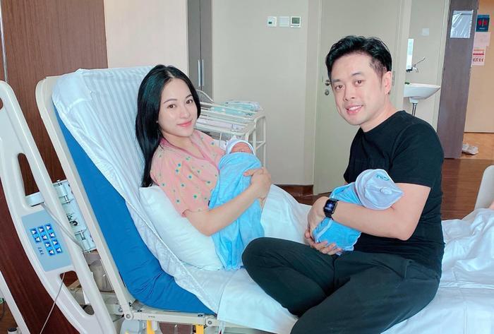 Vợ chồng Dương Khắc Linh - Sara Lưu hạnh phúc vì biểu cảm đáng yêu của hai con sinh đôi Ảnh 2