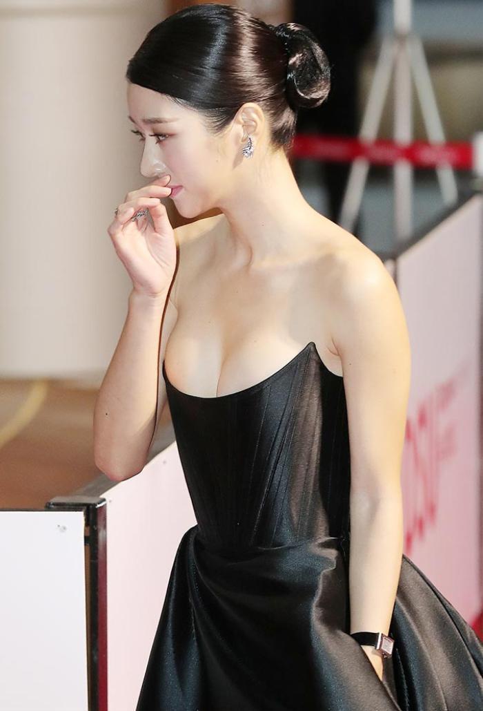 Sang chảnh diện đồ 1 tỷ 3, Seo Ye Ji vẫn 'hớ hênh' lộ ngực trên thảm đỏ Ảnh 3