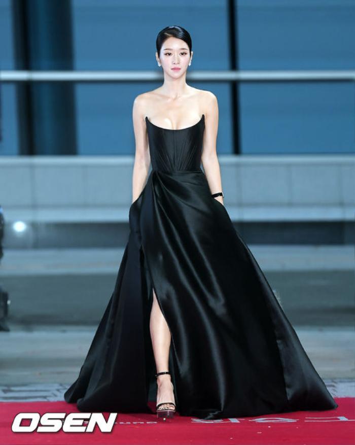 Sang chảnh diện đồ 1 tỷ 3, Seo Ye Ji vẫn 'hớ hênh' lộ ngực trên thảm đỏ Ảnh 9