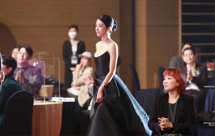 Sang chảnh diện đồ 1 tỷ 3, Seo Ye Ji vẫn 'hớ hênh' lộ ngực trên thảm đỏ Ảnh 7