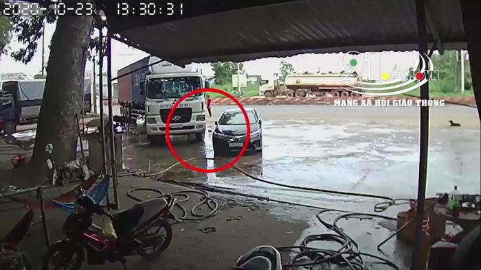 Clip: Không hề xảy ra va chạm, tài xế container vẫn bị chủ xe ô tô chạy đến 'ăn vạ'