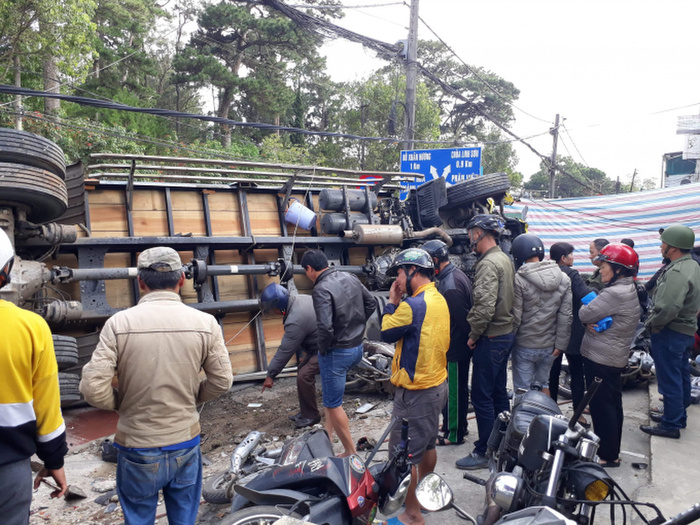 Xe tải chở bia tuột dốc trôi tự do, tông hàng loạt xe máy ở Đà Lạt Ảnh 1