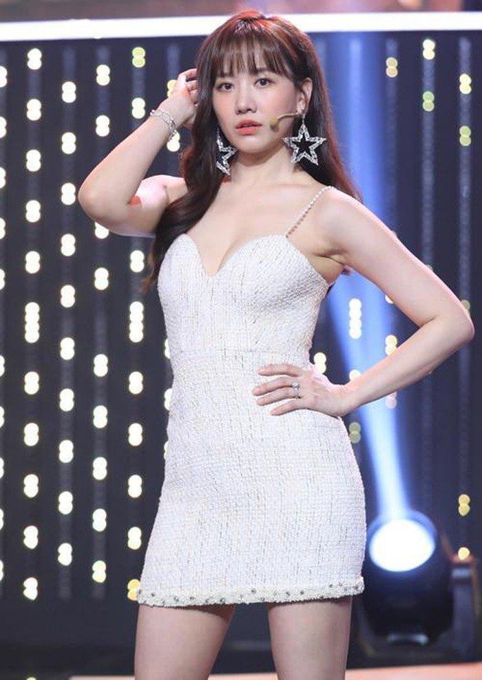 Hari Won đẹp tựa đóa hồng nhung khi diện váy cực ngắn, khoe đôi chân thon dài đáng mơ ước Ảnh 4