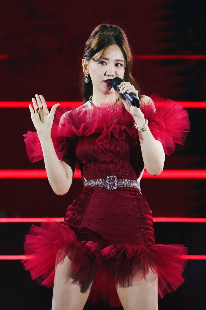 Hari Won đẹp tựa đóa hồng nhung khi diện váy cực ngắn, khoe đôi chân thon dài đáng mơ ước Ảnh 2