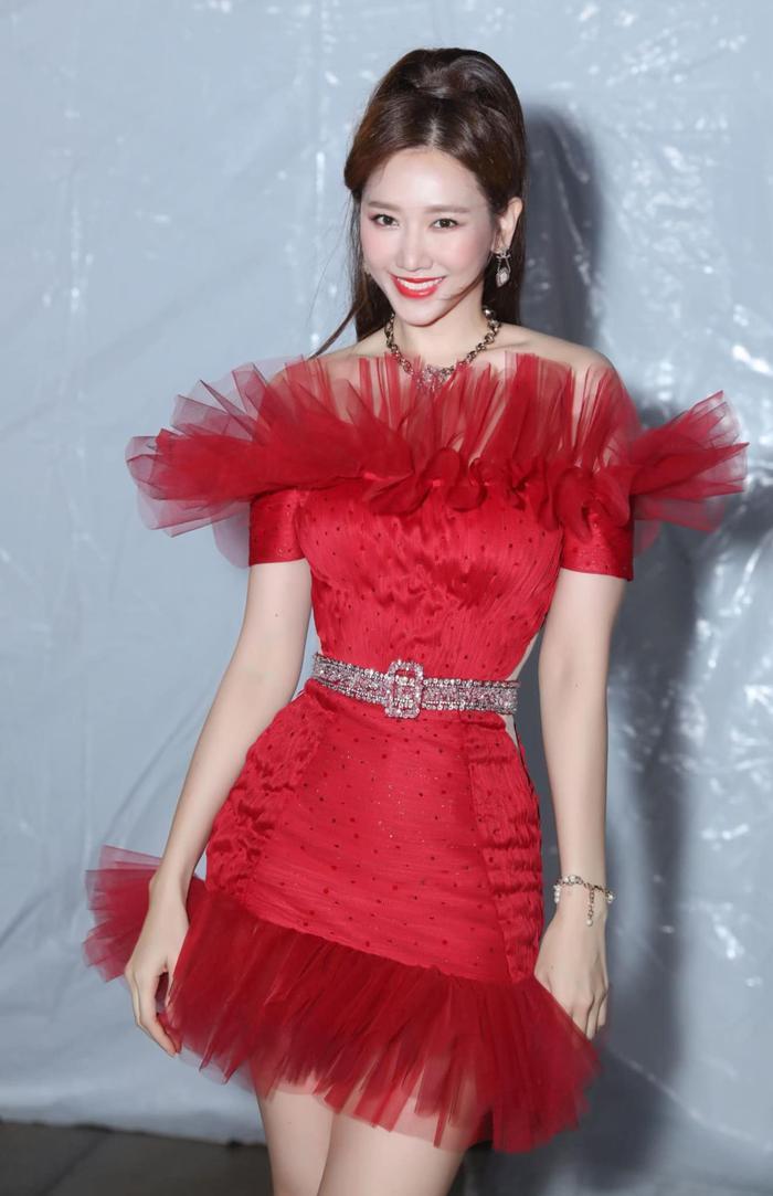 Hari Won đẹp tựa đóa hồng nhung khi diện váy cực ngắn, khoe đôi chân thon dài đáng mơ ước Ảnh 3