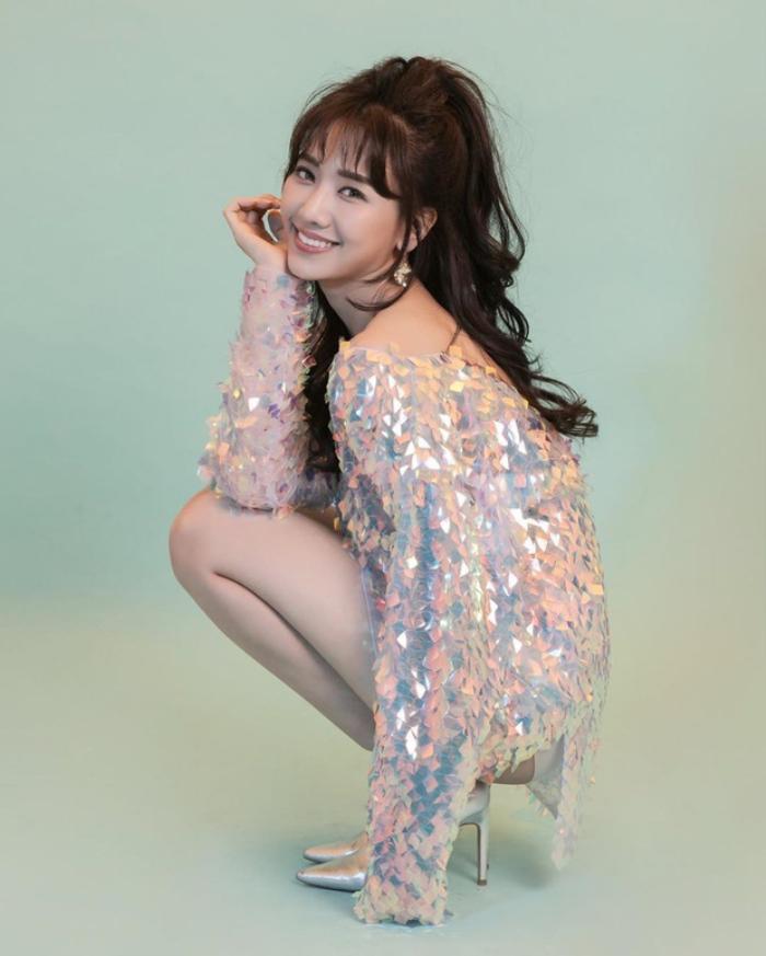 Hari Won đẹp tựa đóa hồng nhung khi diện váy cực ngắn, khoe đôi chân thon dài đáng mơ ước Ảnh 7