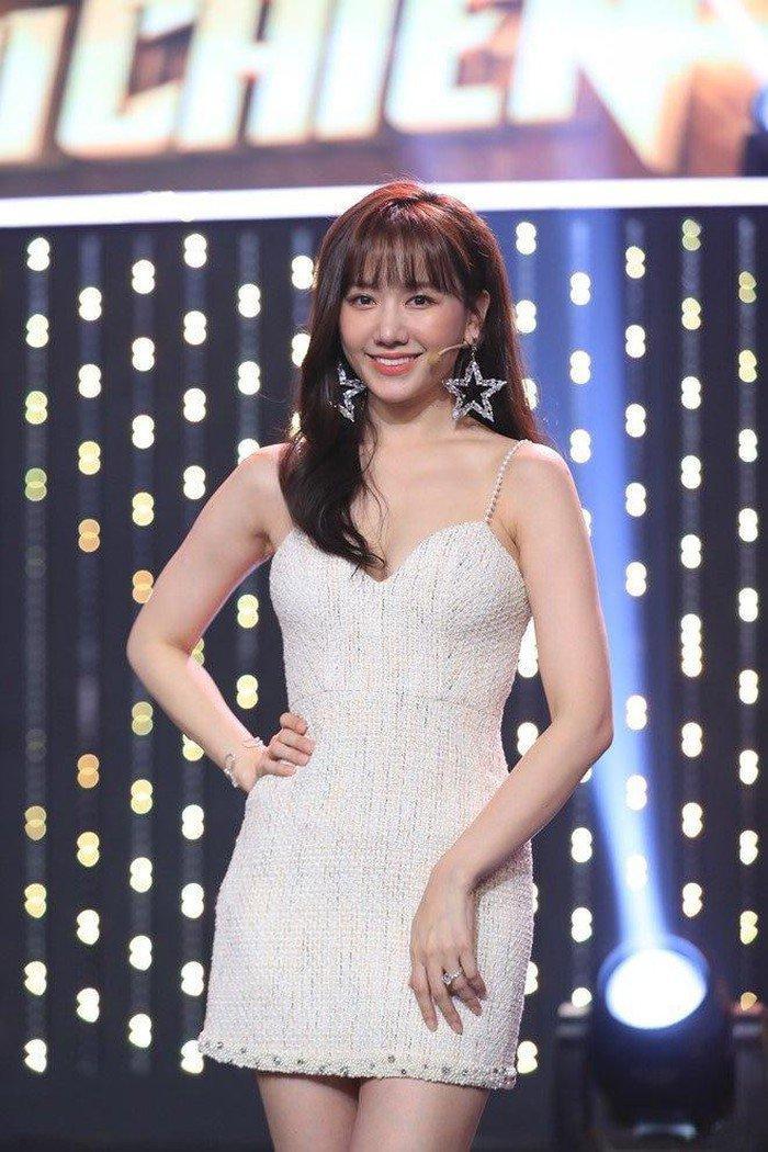 Hari Won đẹp tựa đóa hồng nhung khi diện váy cực ngắn, khoe đôi chân thon dài đáng mơ ước Ảnh 5