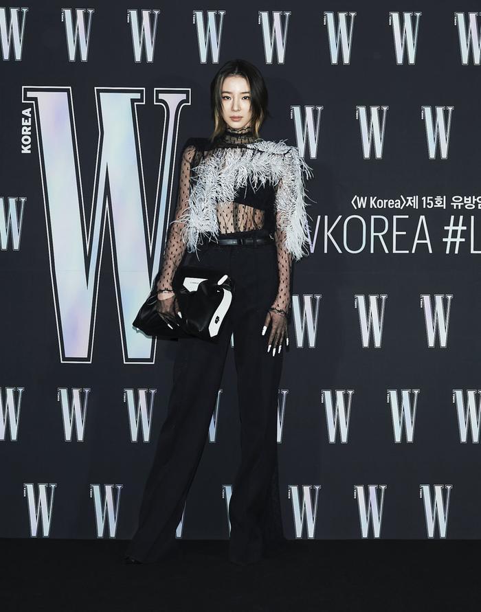 Đêm hội 'W Korea 2020': Mặt Park Min Young cứng đờ biến dạng, Park Shin Hye đọ sắc 'chị em nàng Han' và Jessica - Krystal Ảnh 32