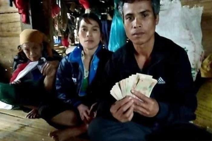 Phát hiện 10 triệu đồng trong túi quần áo cứu trợ sau lũ, người đàn ông nghèo nhờ xã trả lại người mất Ảnh 1