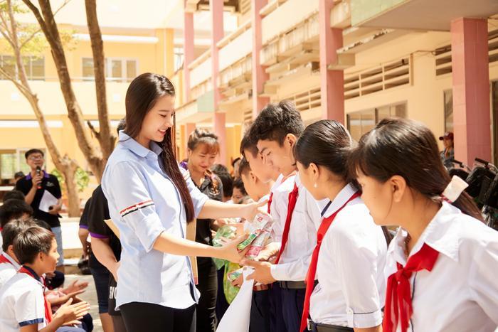 Khánh Vân quyên góp, hỗ trợ người dân miền Trung gặp bão lũ - Kim Duyên tặng xe đạp cho trẻ em nghèo Ảnh 6