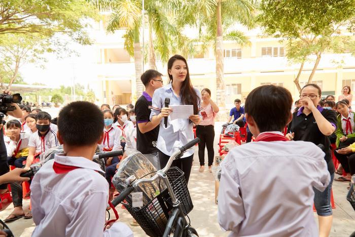 Khánh Vân quyên góp, hỗ trợ người dân miền Trung gặp bão lũ - Kim Duyên tặng xe đạp cho trẻ em nghèo Ảnh 3