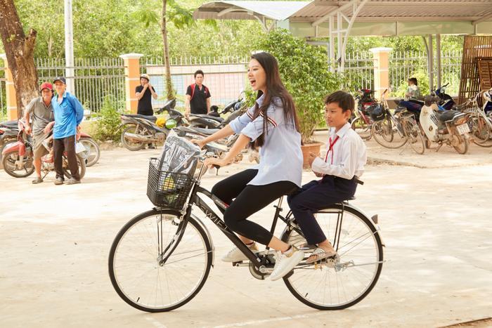 Khánh Vân quyên góp, hỗ trợ người dân miền Trung gặp bão lũ - Kim Duyên tặng xe đạp cho trẻ em nghèo Ảnh 4