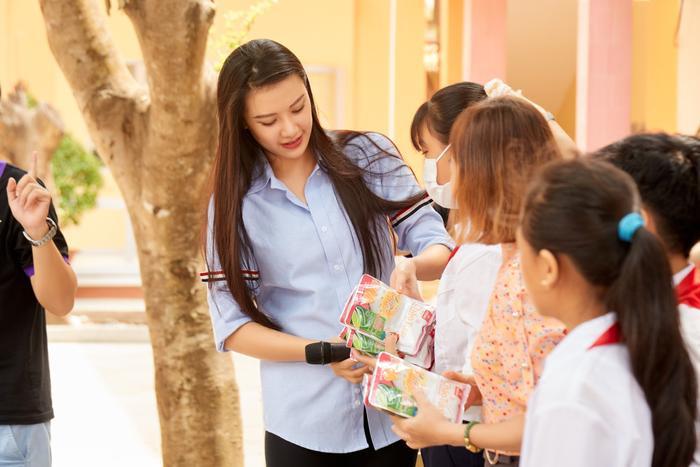 Khánh Vân quyên góp, hỗ trợ người dân miền Trung gặp bão lũ - Kim Duyên tặng xe đạp cho trẻ em nghèo Ảnh 1