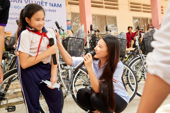 Khánh Vân quyên góp, hỗ trợ người dân miền Trung gặp bão lũ - Kim Duyên tặng xe đạp cho trẻ em nghèo Ảnh 2
