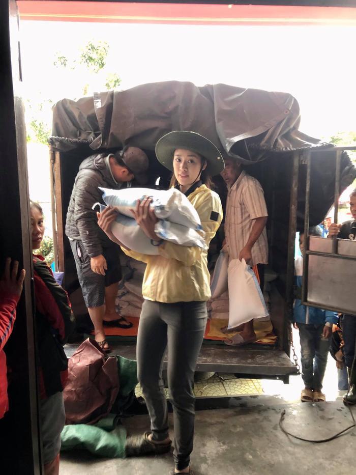 Khánh Vân quyên góp, hỗ trợ người dân miền Trung gặp bão lũ - Kim Duyên tặng xe đạp cho trẻ em nghèo Ảnh 12